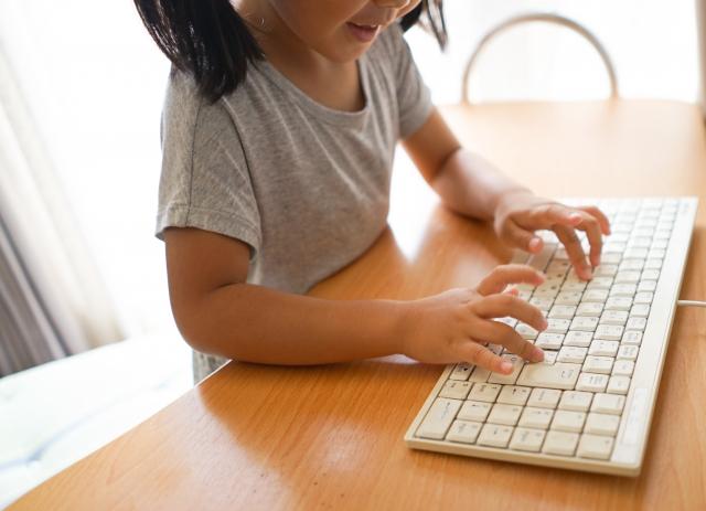 パソコンと子ども画像