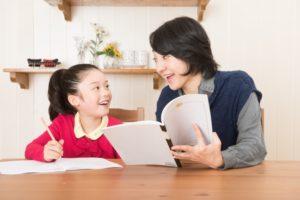 宿題をやる子どもとママ画像