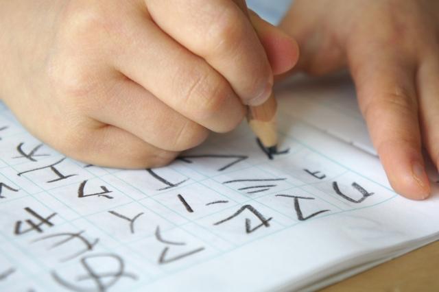 カタカナの練習をする子ども画像