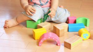 子どもがおもちゃをつかむ画像